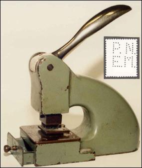 Perfinovací strojèek používaný na perfinovanie jednotlivých známok a ukážka perfinu P.N.E.M.